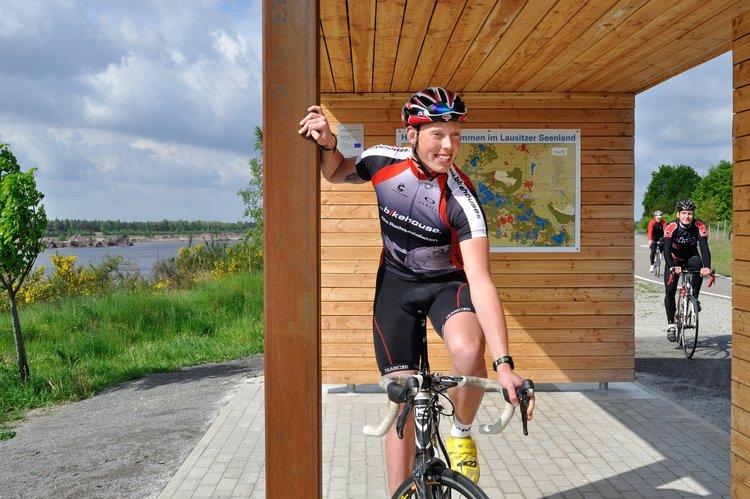 Rennradfahrer am See Tourismusverband Lausitzer Seenland Nada Quenzel