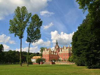 Schlosswiese mit neuem Schloss