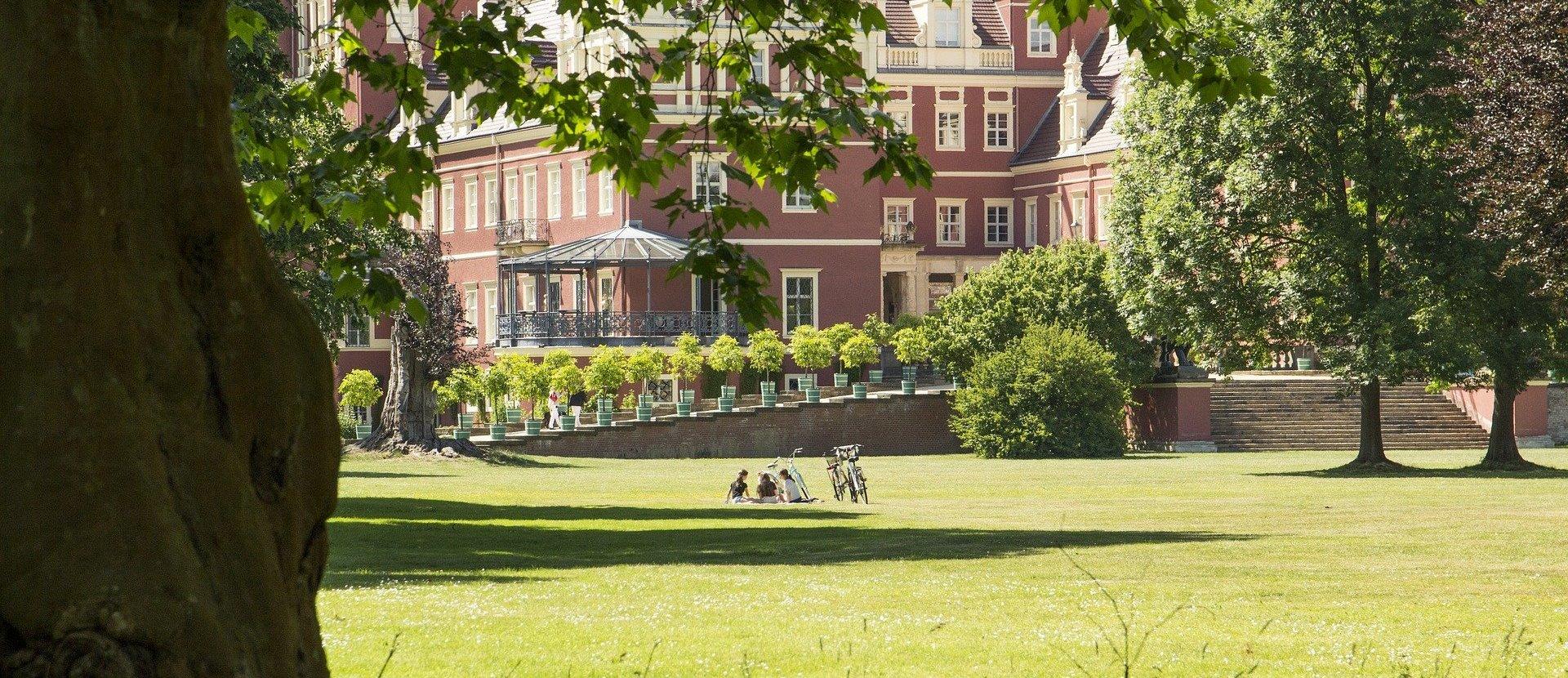 Urlaubsregion Oberlausitz Mit den Freundinnen Sonne tanken am Märchenschloss...
