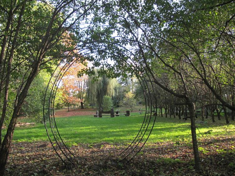 Einblicke ein Fenster in den Park Kulturstiftung Milkwitzer Park