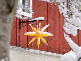 Herrnhuter Stern vor einem Haus