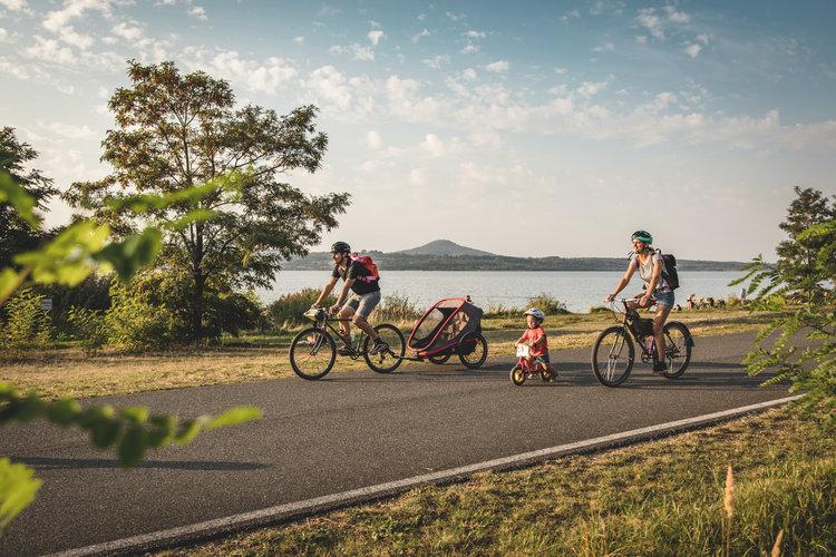 Radfahren entlang des Berzdorfer Sees bei Goerlitz Philipp Herfort