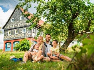 Familie vor Umgebindehaus