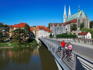 Altstadtbruecke Peterskirche Radfahrer