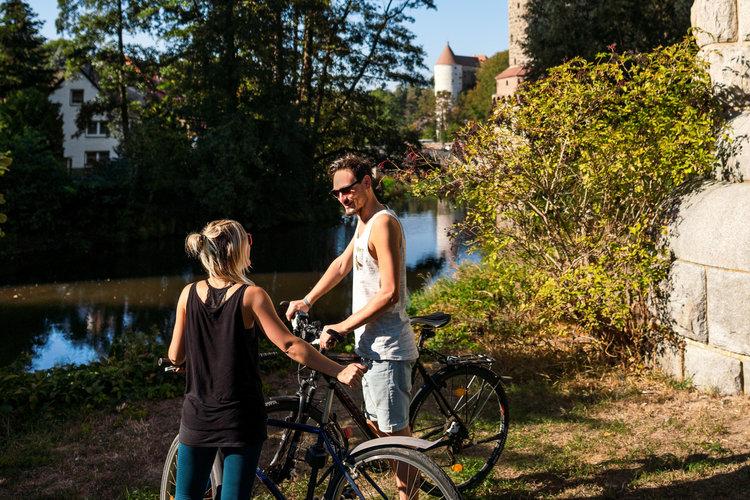 Radfahrer an der Spree und Wasserkunst Tobias Ritz