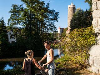 Radfahrer an der Spree und Wasserkunst