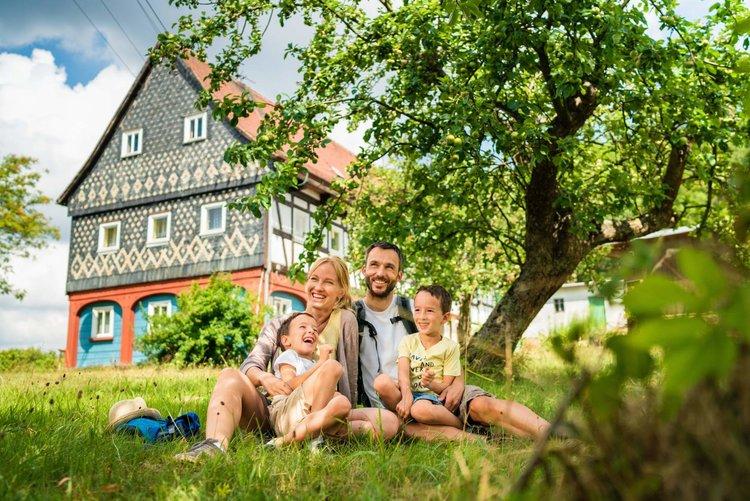 Familie vorm Umgebindehaus Tobias Ritz