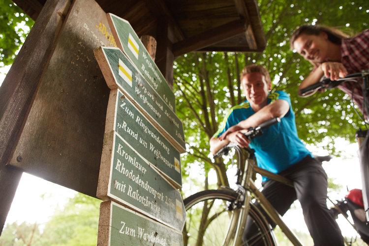 Radfahrer am Wegweiser Marcus Gloger